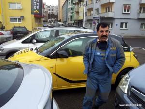 Kollege Nuri bei der Sauberkeitskontrolle des Opel Adam