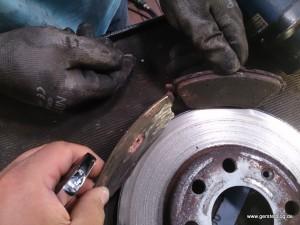 Verschlissene und neue Bremsbacke im Vergleich