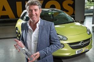 GM Europe Designdirektor Malcom Ward mit dem Autonis-Preis 2013 für den Opel ADAM im Kleinwagensegment