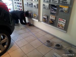 Kabelverlegungsarbeiten im Autohaus