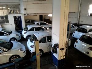 Neun weiße Opel ADAM