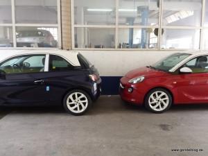 Zwei Opel ADAM in rot und blau