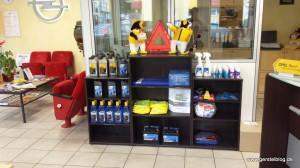 Regal mit Service-Produkten zum Mitnehmen.