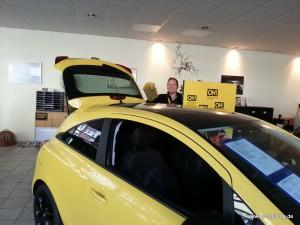 Andreas Gerstel beim Staubwedeln eines Opel Corsa
