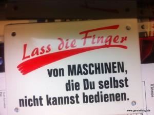 """Schild """"Lass die Finger von Maschinen, die du selbst nicht kannst bedienen."""""""