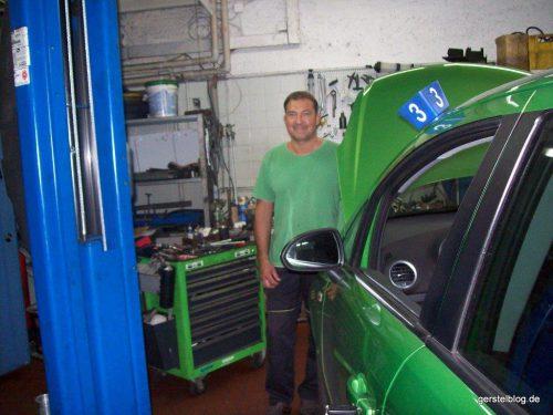 Grün uniformierter Werkstattkollege