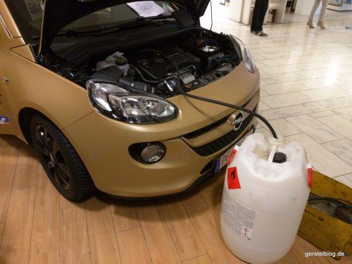 Für die Sicherheit: Benzin abpumpen.