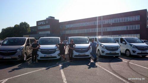Fünf Opel Vivaro und eine Gerstel-Abordnung in Rüsselsheim