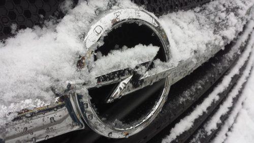 Schnee auf dem Opel-Grill